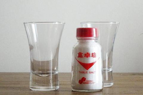 食卓塩とコップ